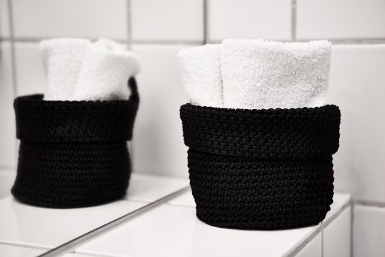 Kurv Med Håndklæder På Badeværelset